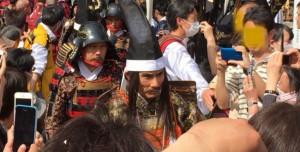 武田信玄の甲冑を着る片岡鶴太郎